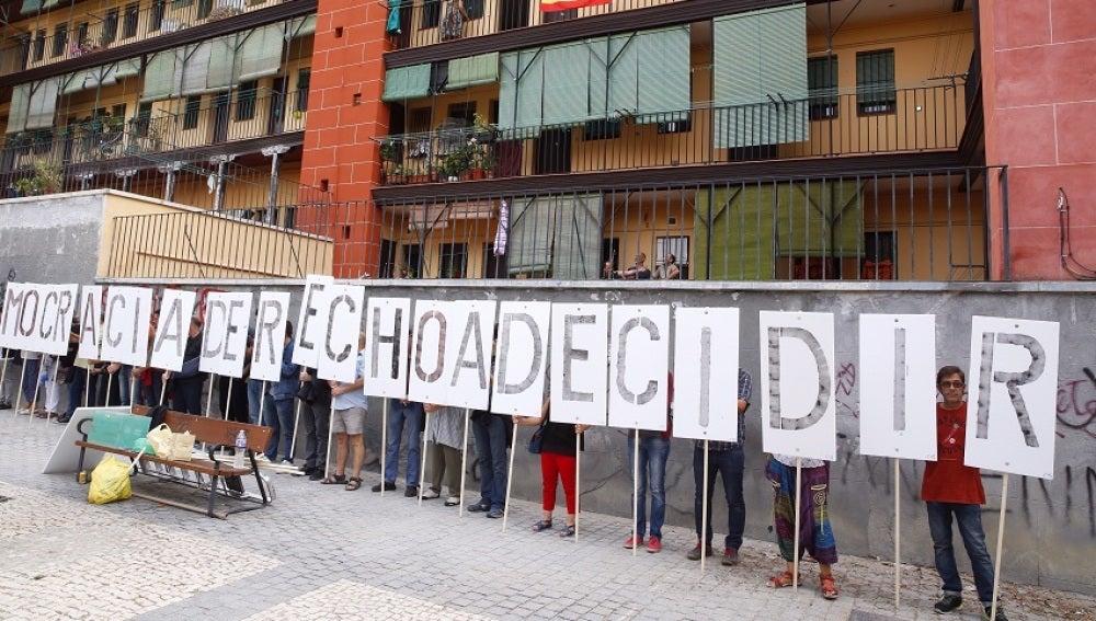 """Participantes en el acto """"Madrid abraza a Cataluña"""" convocado por la plataforma 'Madrileños por el derecho a decidir', con motivo del referéndum independentista del 1-O."""