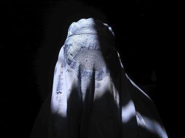 Una mujer vestida con un burka.