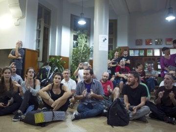 Diversas personas permanecen en el interior del IES Tarradell