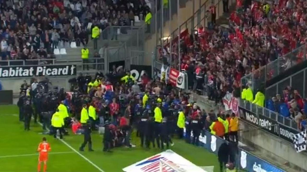 Accidente en el campo del Amiens: una grada cede tras la celebración de un gol