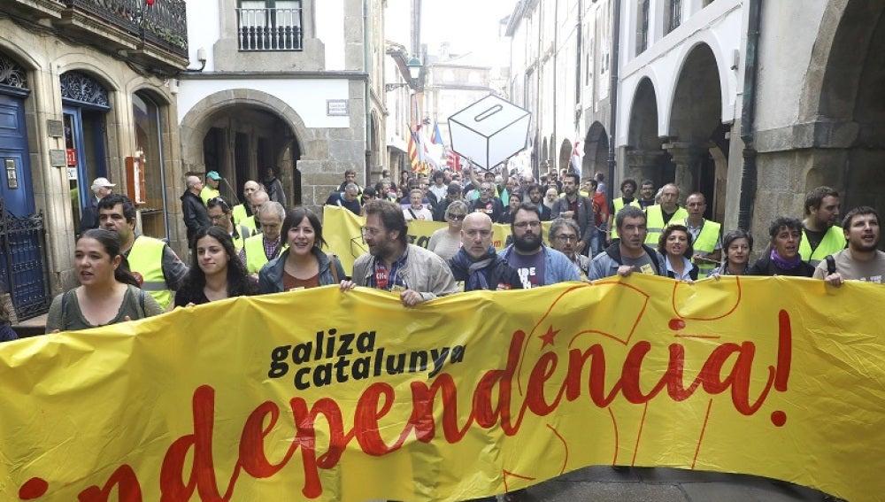 """Participantes en Santiago de Compostela de la manifestación organizada por la plataforma """"Galiza con Catalunya"""", formada por organizaciones políticas, sociales, sindicales y culturales gallegas"""