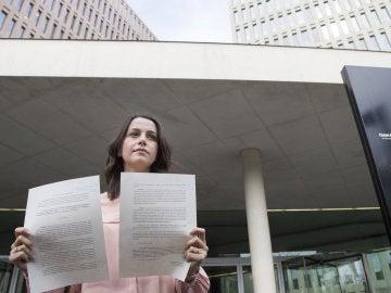 Inés Arrimadas muestra unos documentos tras presentar una denuncia ante la Fiscalía de Menores contra la consellera