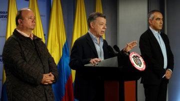 Juan Manuel Santos hablando durante la firma de un decreto de alto al fuego con el ELN