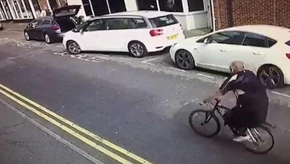 El momento en el que el conductor arrastra otro vehículo