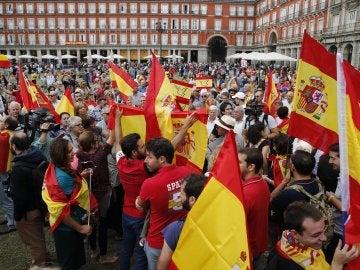 """Gritos de """"No nos engañan, Cataluña es España"""" o """"Viva la Guardia Civil"""" en la Plaza Mayor"""