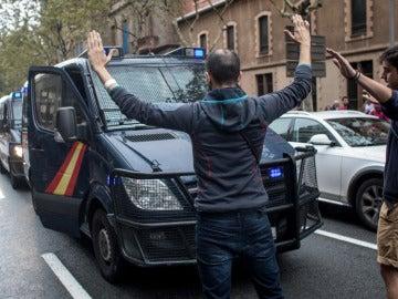Varios ciudadanos se paran delante de los vehículos de la Guardia Civil con los brazos en alto