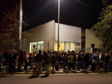 Decenas de personas a las puertas de un colegio elegido como punto de votación en el referéndum