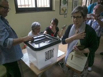 Un grupo de personas votan en el instituto Moisés Broggi de Barcelona en el referéndum