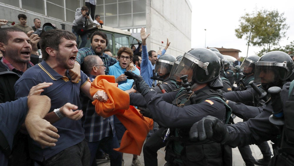 La Guardia Civil interviene en el centro de votación de Sant Julià de Ramis