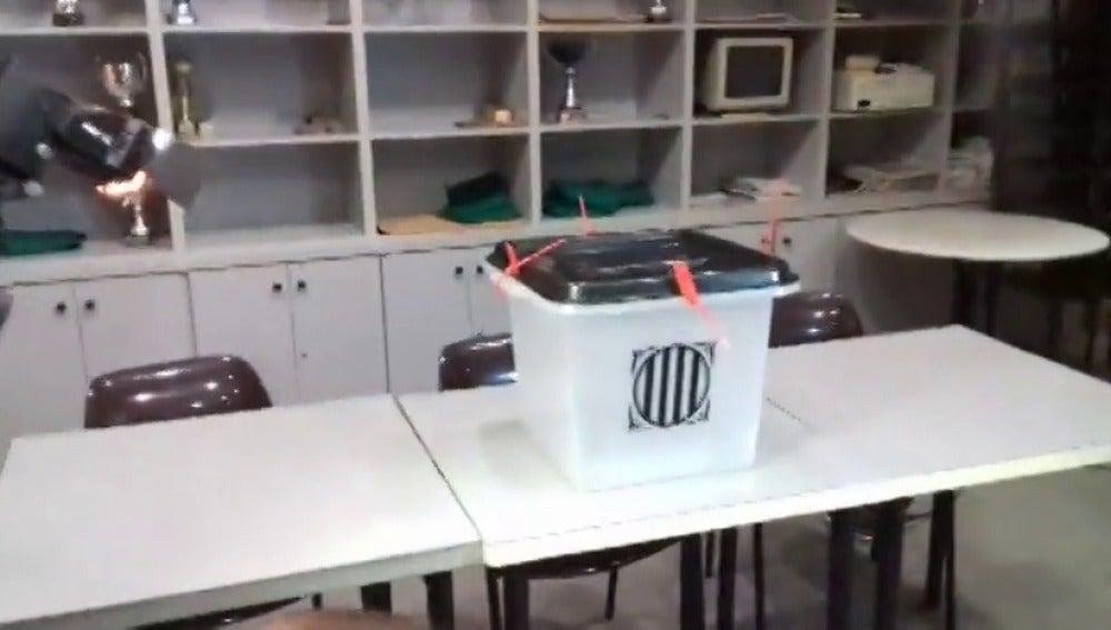 Las mesas para el referéndum ilegal ya están dispuestas en las salas de algunos colegios catalanes