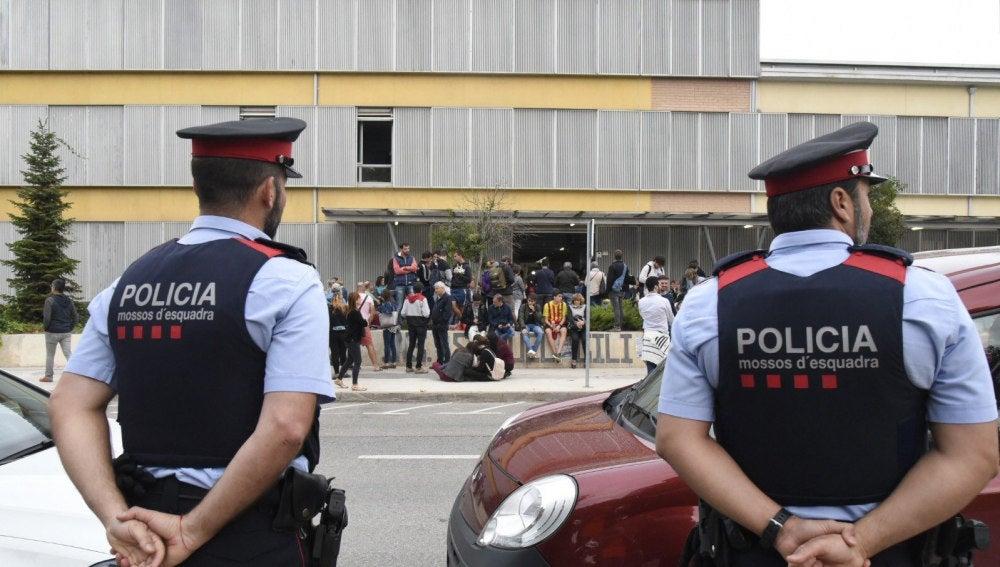Mossos ante el colegio Gili Gayà de Lleida