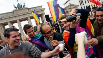 Personas celebran la aprobación de la legalización del matrimonio homosexual en Berlín (Alemania)