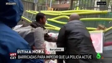 Estudiantes colocan barricadas en algunos colegios electorales de Barcelona para impedir que la Policía actúe