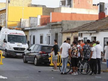 La Policía Nacional y la Unidad Militar de Emergencias (UME) durante una operación en una vivienda de Dos Hermanas (Sevilla)
