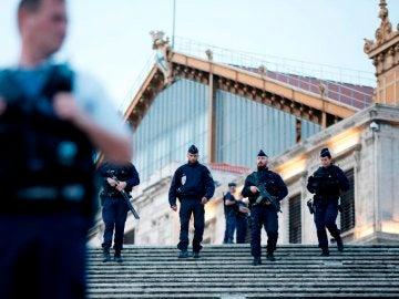 Policías en la estación de Marsella en la que un hombre ha asesinado a dos mujeres