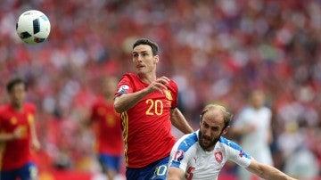 Aduriz pelea un balón en un partido con la selección española