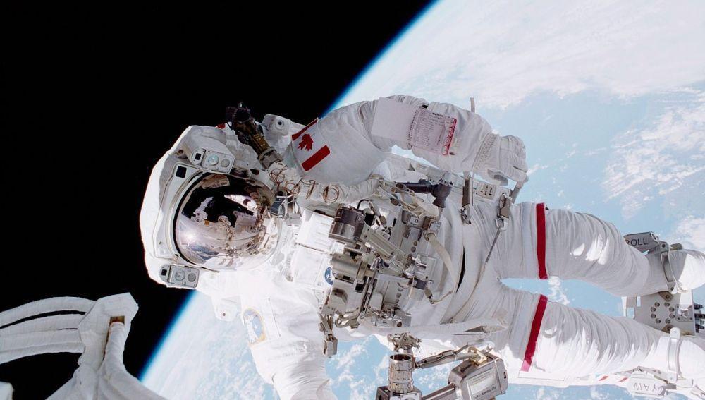 El astronauta canadiense Chris Hadfield en un paseo especial durante la mission STS-100 en 2001.