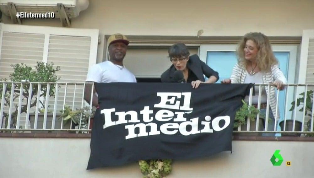 Thais Villas consigue colgar la bandera de El Intermedio entre la estelada y la española en Barcelona