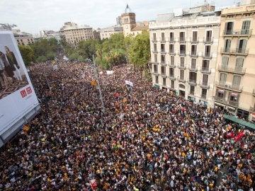Miles de personas protestan contra la violencia del 1-O en Barcelona