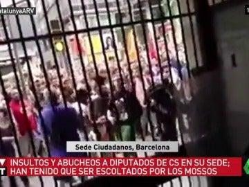 Concentración en el exterior de la sede de Ciudadanos en Barcelona