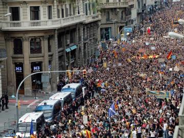 Multitudinario escrache ante la sede de la Jefatura Superior de Policía en Cataluña