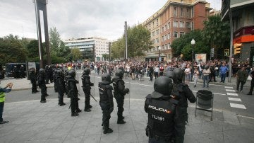 Agentes de la policía nacional ayer mientras formaban un cordón policial en el exterior del IES Tarragona