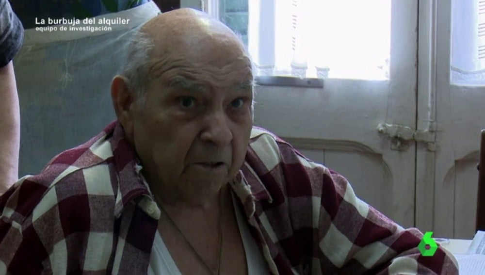 """Un fondo buitre amenaza con echar de su casa a Lluis, de 88 años: """"Si tocan el ascensor no podré salir"""""""