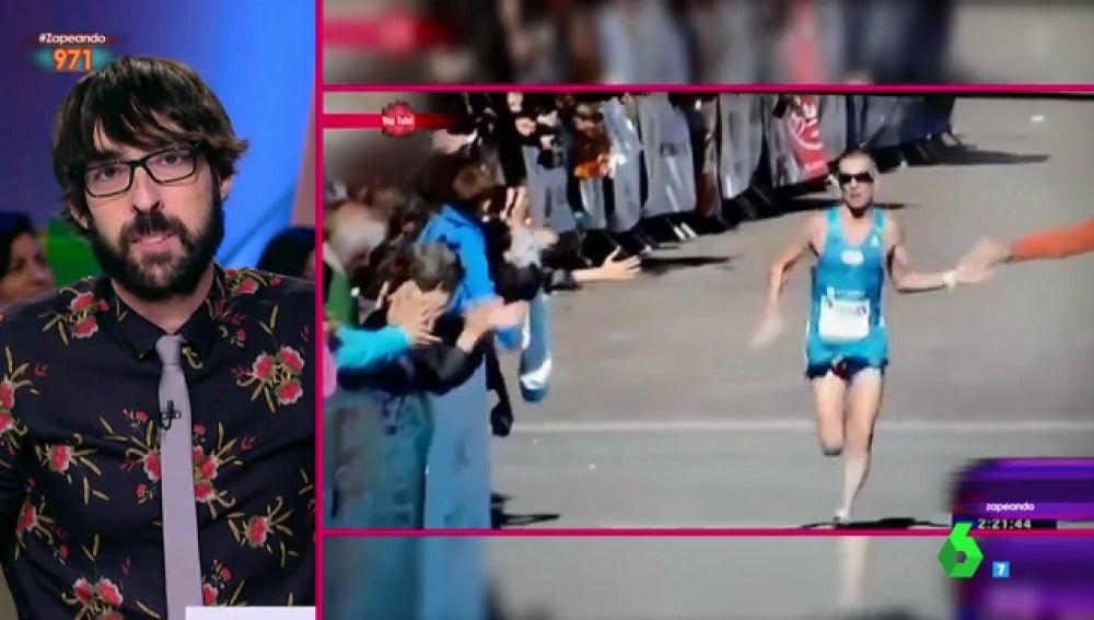 """El sorprendente descuido de un atleta al que le """"asoma el testigo"""" entre las piernas"""