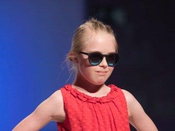 Una de las niñas desfilando en Madrid