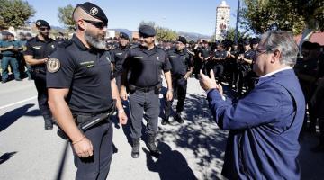 Zoido agradece al guardia civil que ayudó a un padre con su hijo