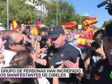 Un grupo de radicales de extrema derecha increpan a los manifestantes blancos por el diálogo en Madrid