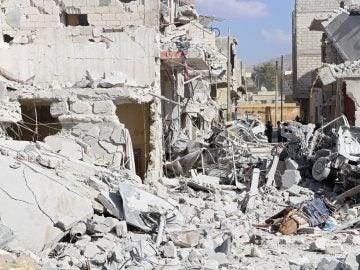 Vista de los daños causados por un bombardeo en la ciudad de Armanaz, un área rural del la provincia de Idlib (Archivo)