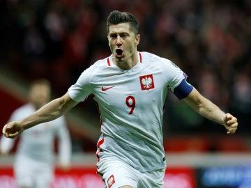 Lewandowski celebra un gol con Polonia