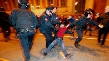 Imagen de la detención de un opositor en San Petersburgo