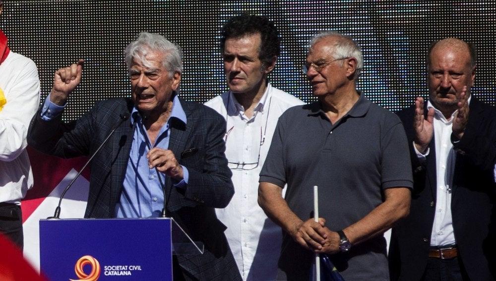 Vargas Llosa y Josep Borrell durante los discursos en Barcelona
