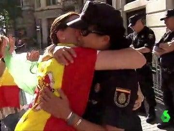 Una joven da un abrazo a una agente de Policía en Barcelona