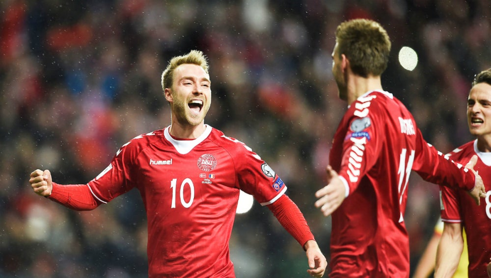 Eriksen celebra un gol con Dinamarca