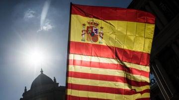 Una bandera de España y otra de Cataluña