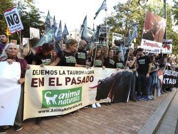 Cientos de personas se han concentrado a las puertas de la plaza de toros de Zaragoza