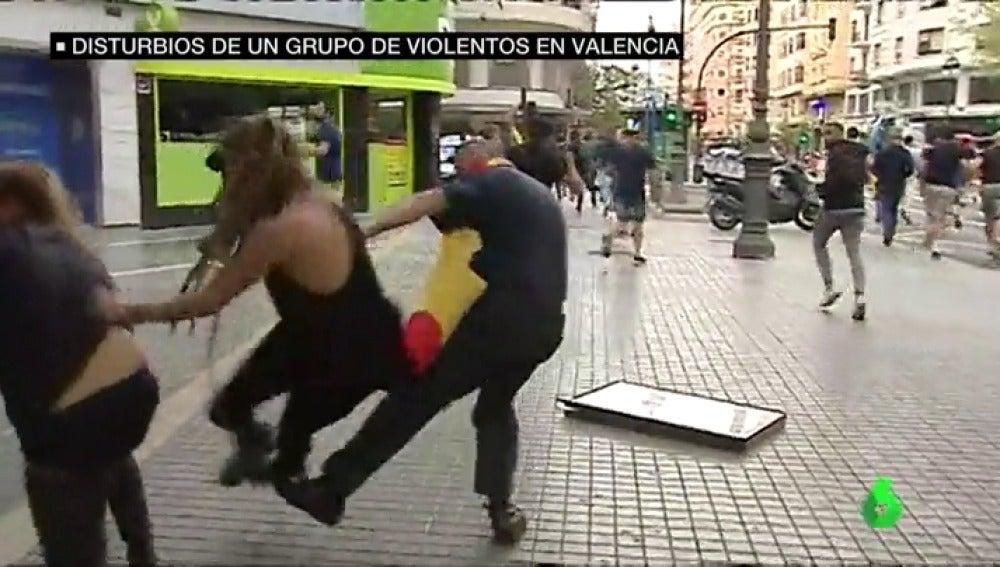 Un grupo de ultras agrede brutalmente a varias personas durante la manifestación del 9 de octubre en Valencia