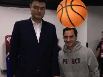 Federer posa junto a Yao Ming