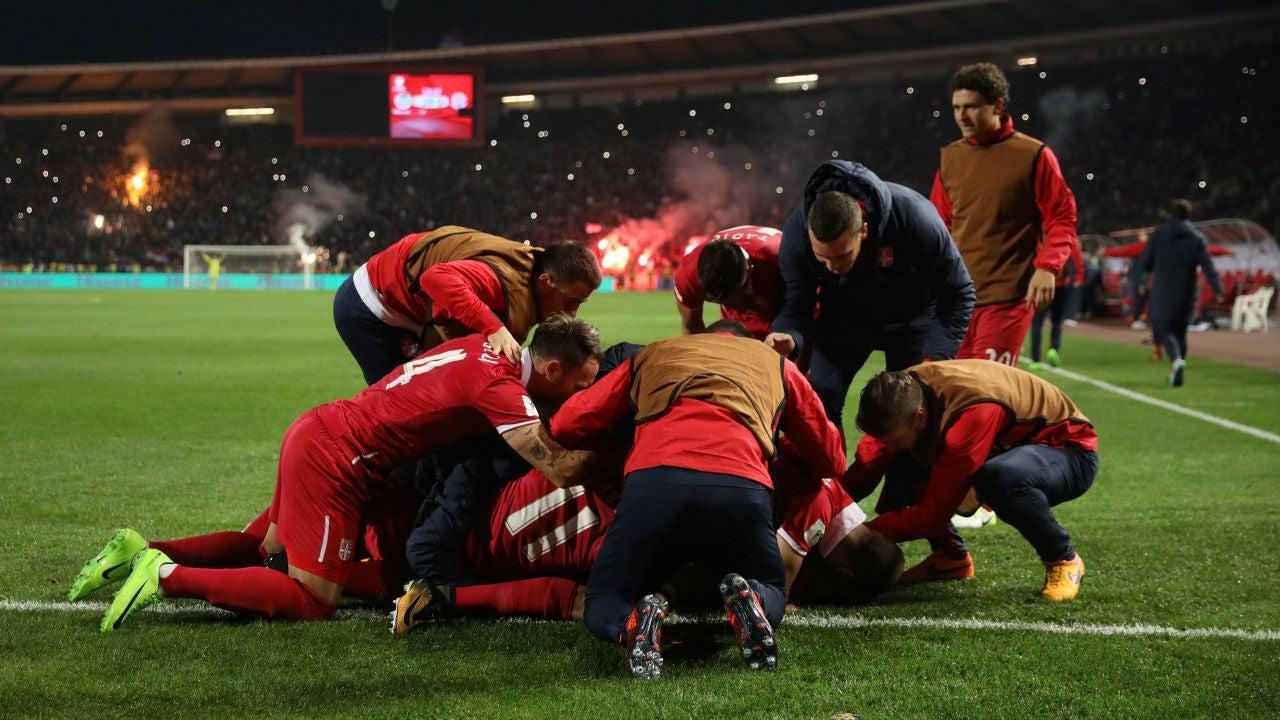 Prijovic celebra con sus compañeros de equipo el gol de la victoria
