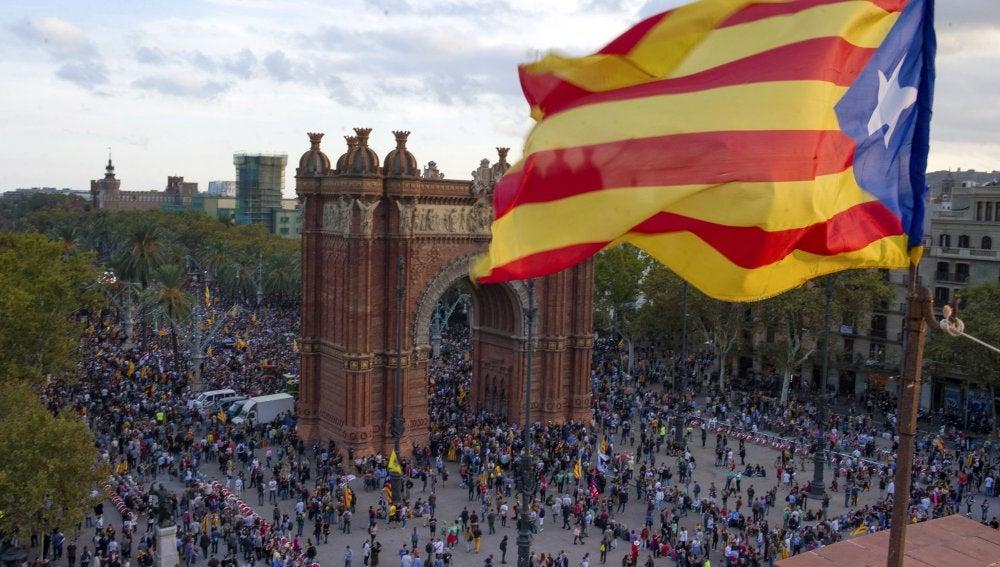 Concentración frente al Parlament para seguir el discurso de Puigdemont