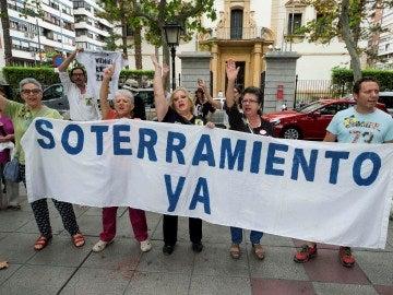 Varios integrantes de la Plataforma Pro-soterramiento de la vías de Murcia, se han manifestado en la puerta de la delegación del gobierno en Murcia
