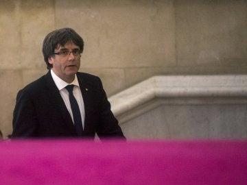 El presidente de la Generalitat, Carles Puigdemont, a su llegada al Parlamento.