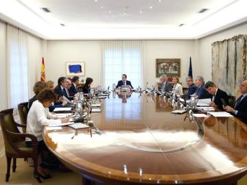 Vista general de la reunión extraordinaria del Consejo de Ministros celebrada tras las palabras de Puigdemont