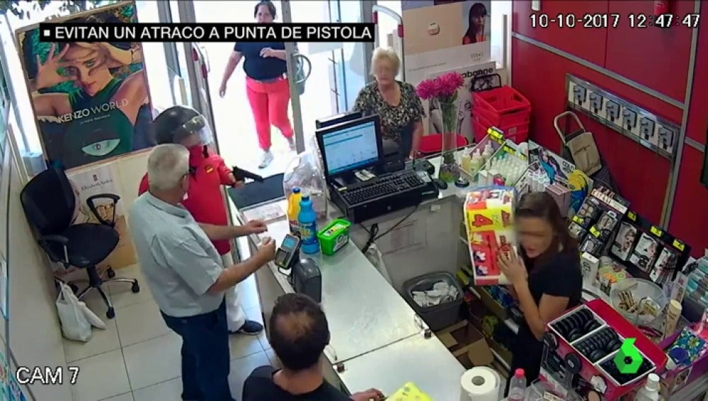 Imagen del atraco a punta de pistola frustrado en Sevilla