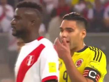 Falcao, hablando con los jugadores peruanos