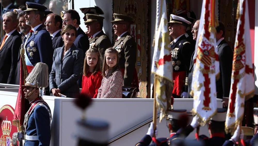 Los Reyes Felipe y Letizia junto a sus hijas, la princesa Leonor y la infanta Sofía, presiden el desfile del Día de la Fiesta Nacional