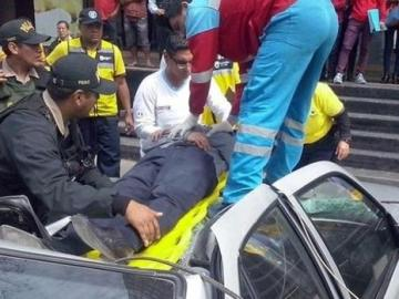 Los equipos sanitarios atienden a un hombre que cayó desde un piso 18